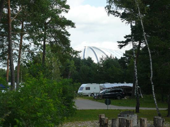 Tropical Islands Resort : Blick vom Campingplatz zur Halle