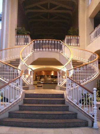 Sugar Beach Golf & Spa Resort : Grand staircase.