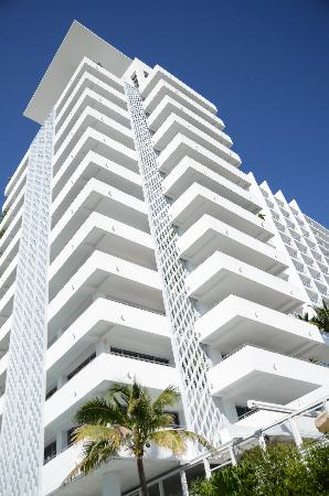 Soho Beach House: Hotel from pool side