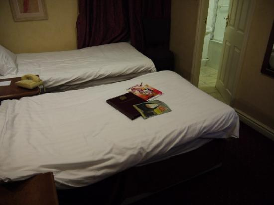 BEST WESTERN Westminster Hotel: Discarded magazines on bed