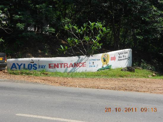 Aylos Bay Guest House: Die Einfahrt leicht zu übersehen