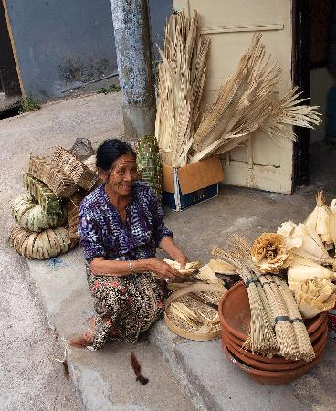 Puri Lumbung Cottages: street vendor Munduk