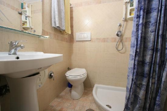 Alex Bed and Breakfast: Bathroom room 3
