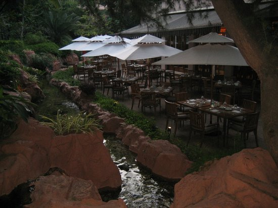 The Leela Palace Bengaluru: Outdoor seating at hotel restaurant