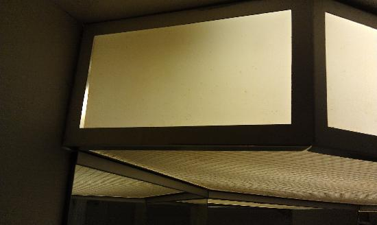 Hampton Inn Harrisburg East (Hershey Area): Age stained old light fixture in bathroom