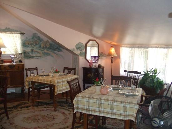 The Saragossa Inn B&B: The dining room set for 3 course gourmet breakfast