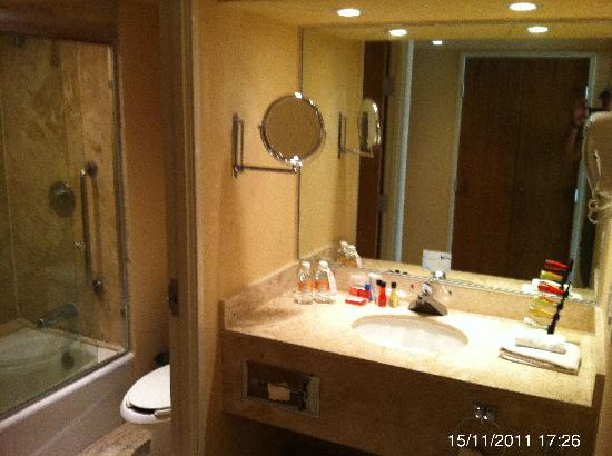 Fiesta Americana Villas Acapulco: Bathrooms in 1st and 2nd bedrooms are equal