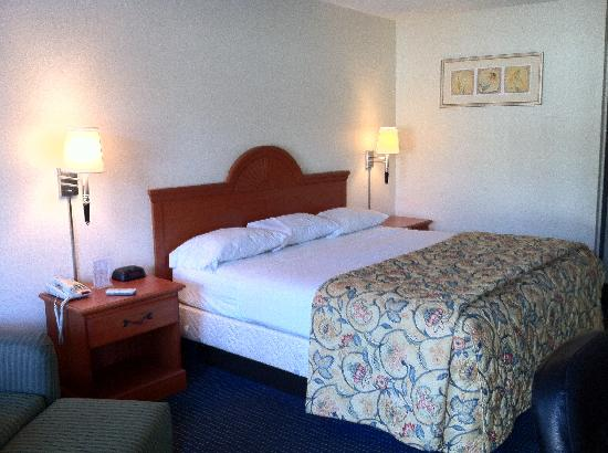 Red Roof Inn LaGrange: Superior King rooms have in-room coffee!