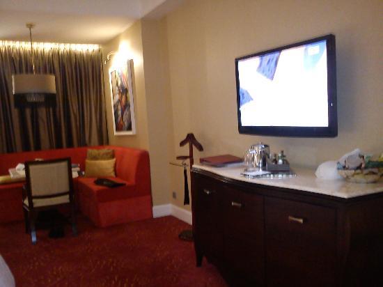 Maxims Hotel - Resorts World Manila: internet tv