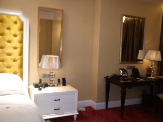 Maxims Hotel - Resorts World Manila : bedside table