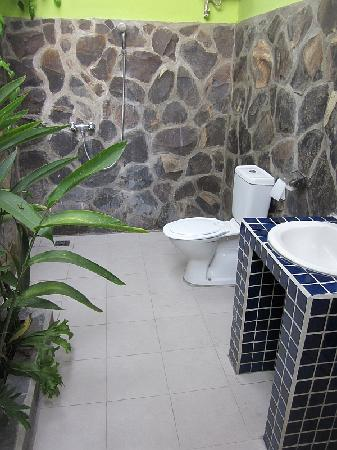 Mumbul Guesthouse: Open roof bathroom