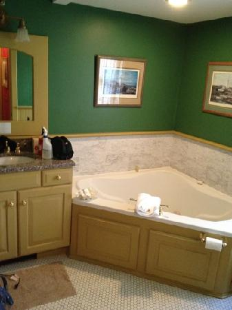 Ivy Lodge: the Jacuzzi tub