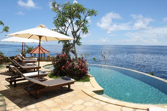 Blue Moon Villas: swimming pool in blue angel