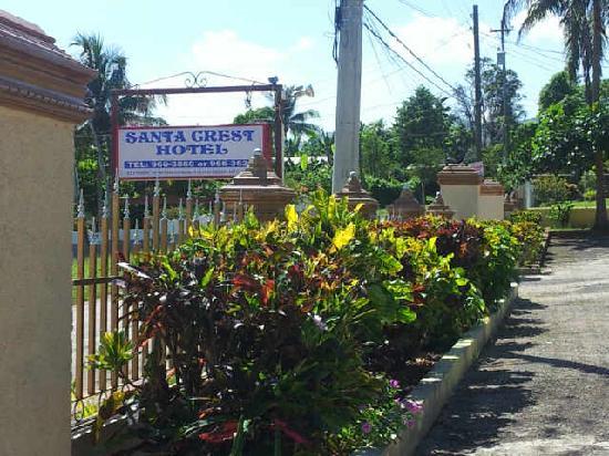 Santa Crest Hotel: Front Gate