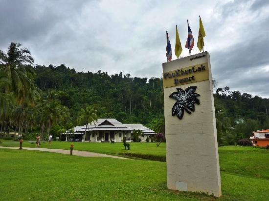 Phu Khao Lak Resort: Resort sign near road