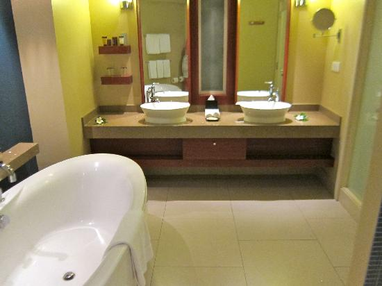 Sheraton Fiji Resort: Bathroom with large tub