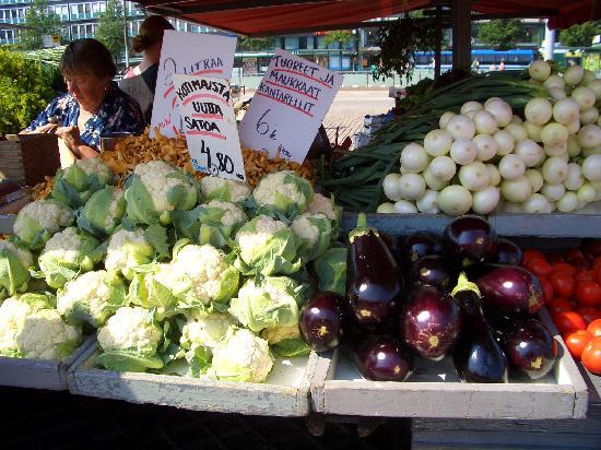 Hakaniemi Market: 野菜の種類が豊富で大きい。