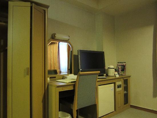 Hotel Route Inn Gotanda : 部屋の広さの割にテーブルがありませんでした。