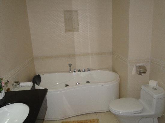 Thien Hai Hotel: Bathroom with bathtub