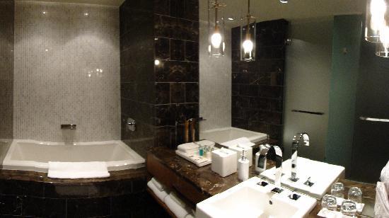 Loden Hotel: the bathroom