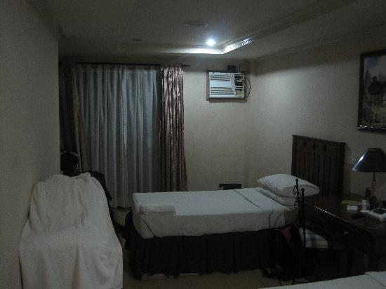 Crown Regency Residences Davao: Bedroom with 2 single beds