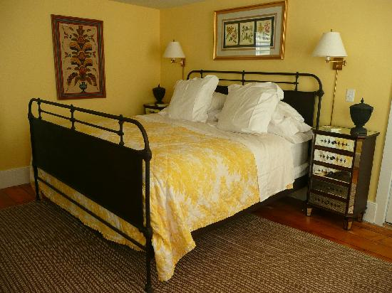 The Falls Village Inn: The yellow room