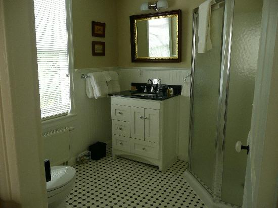 The Falls Village Inn: Bathroom