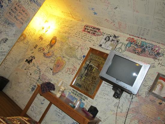 Alta Cienega Motel: tv area