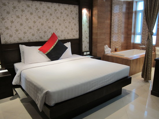 Rayaburi Hotel Patong: Bedroom and bathroom separated with curtin