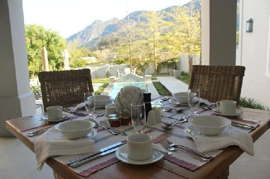 Maison d'Ail Guest House: Breakfast on the verandah