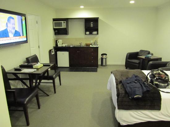 Aotea Motor Lodge: Lovely big lounge room, very comfortable and warm.