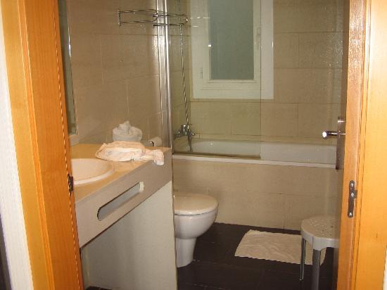 Badalona, Spain: The bathroom