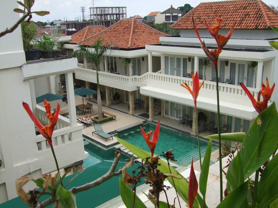 Bali Court Hotel and Apartments: View from our balcony down to the pool