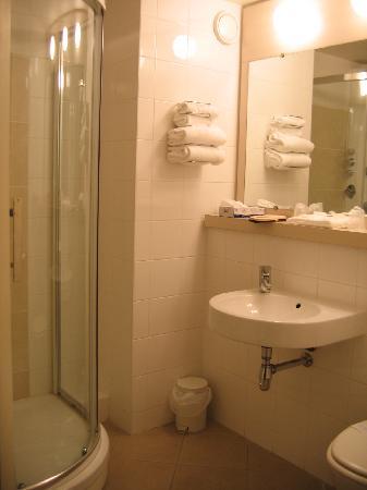 Kyriad Chartres: Bathroom