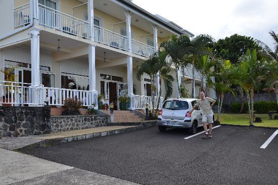 Hotel La Fournaise : Parkplätze vor und hinter dem Hotel vorhanden