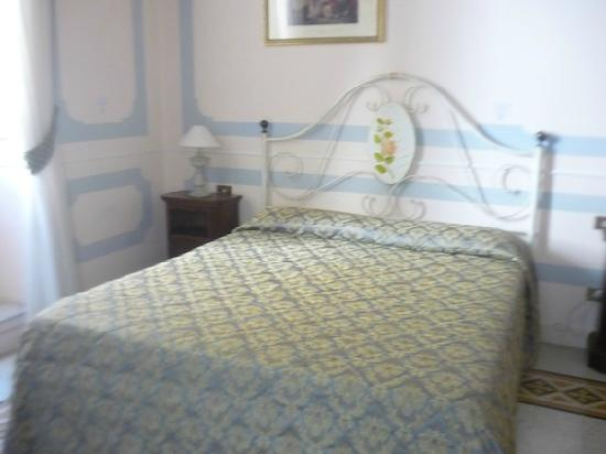 La Maison dell'Orologio: Double bed in one of the three suites (think I had room 2)