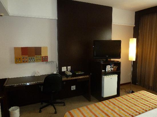Quality Hotel Afonso Pena: TV, frigobar and desk