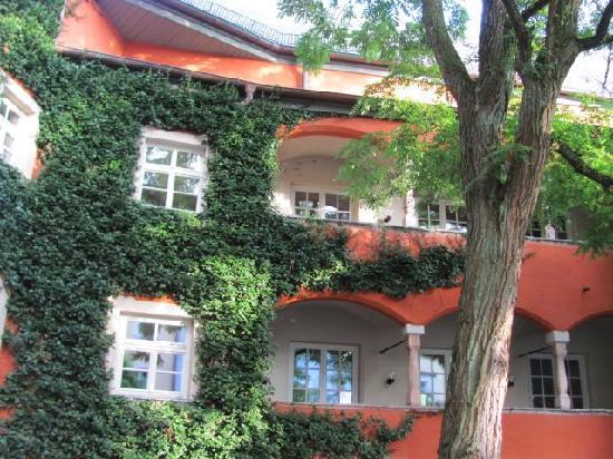 Mautnerschloss: courtyard