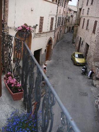 Albergo del Teatro : Street view from room balcony