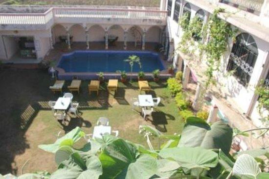Hotel Om: Gartenanlage mit Pool