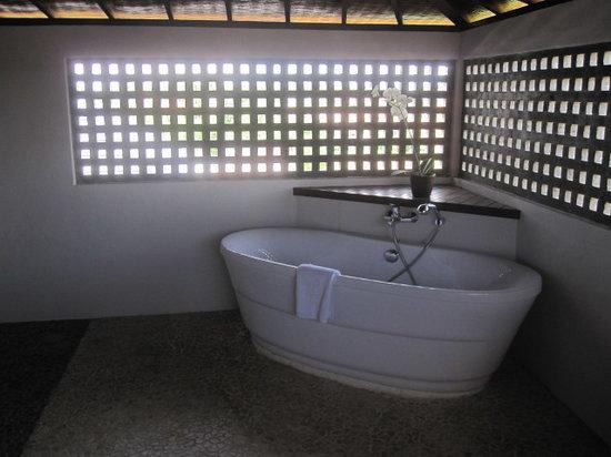 أماديا ريزورت آند فيلاز: Main bathroom