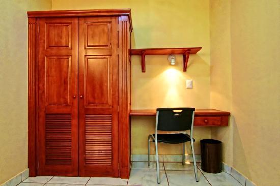 Hotel La Mar Dulce : Closet - work table