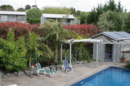 Sunhill Cottages : swimming pool with cottages in background