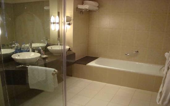 Hilton Sharks Bay Resort: Our second bathroom