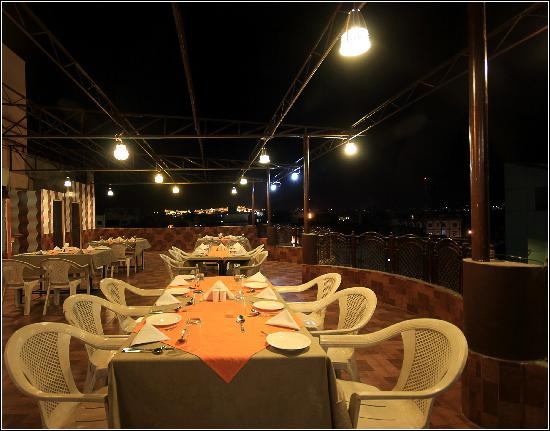 Anand Mahal Hotel & Vista Rooms: Roof Top Restaurant