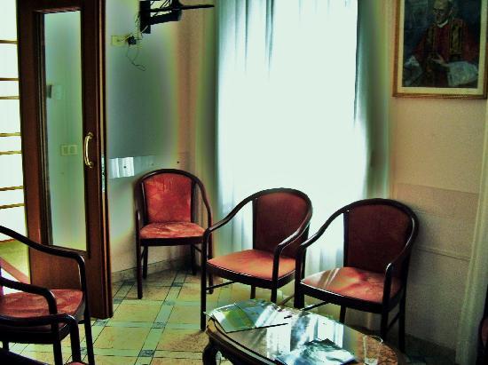 Casa di Accoglienza Paolo VI: First floor sitting/TV room.