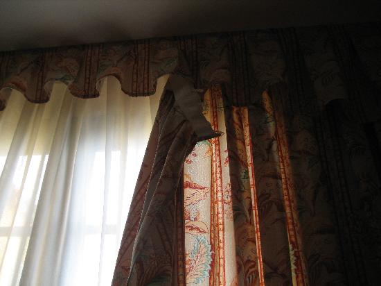 Bahia Principe Costa Adeje : 5 star curtains hanging off the rails