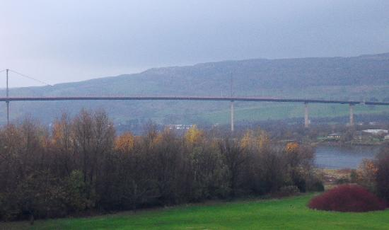 Erskine Bridge Hotel: the view form our room on the 2nd floor