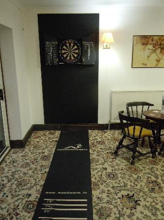Gracellie Hotel: Darts in the bar