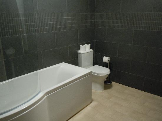 Gracellie Hotel: Bathroom